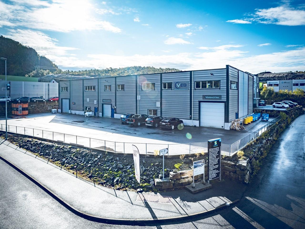 Moderne lager/logistikkbygg med asfalterte uteområder.