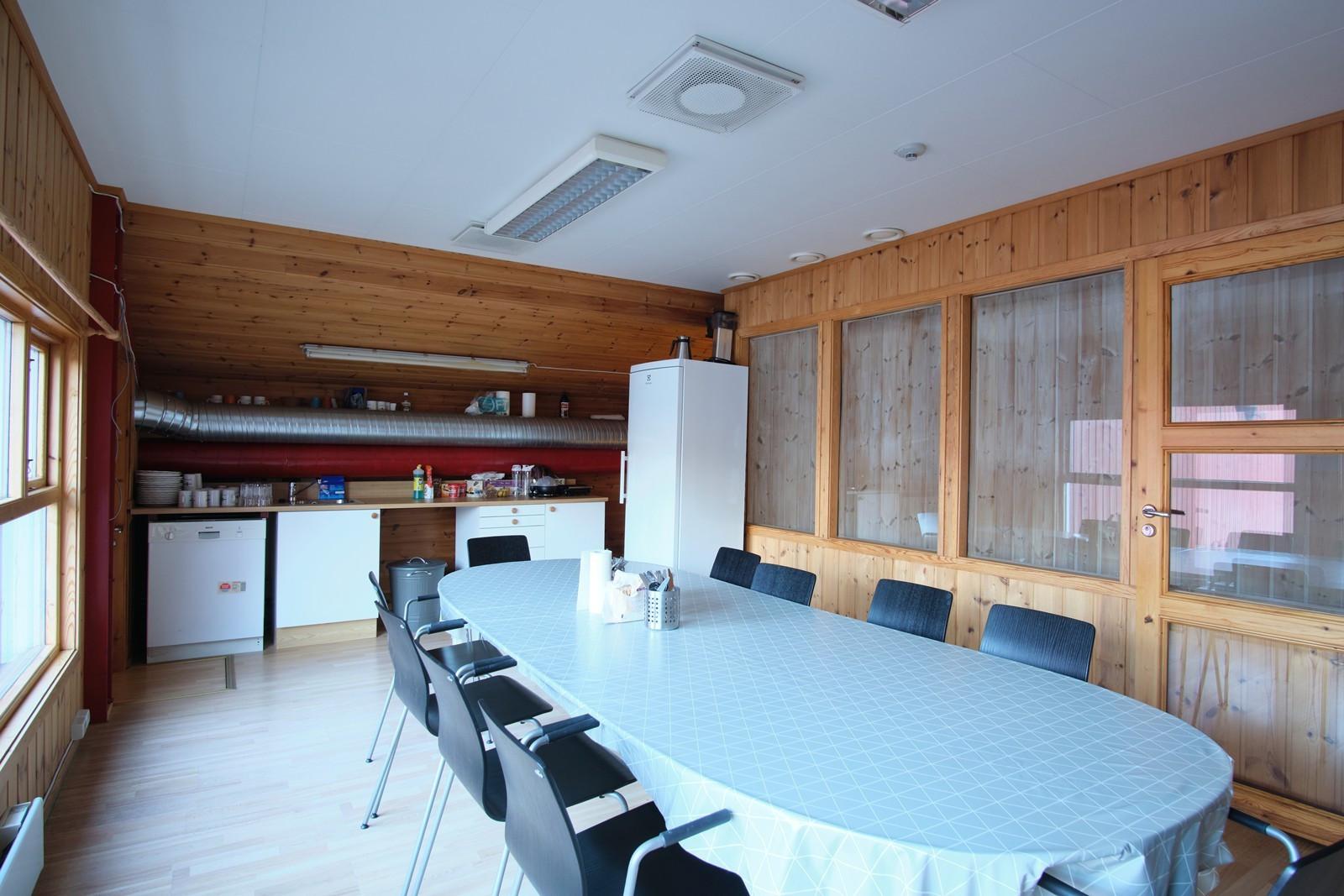 I annen etasje er det innredet et pause- / spiserom med enkel kjøkkenløsning