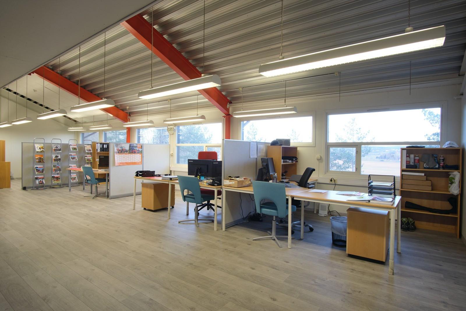 Kontor i åpent landskap med store vindusflater