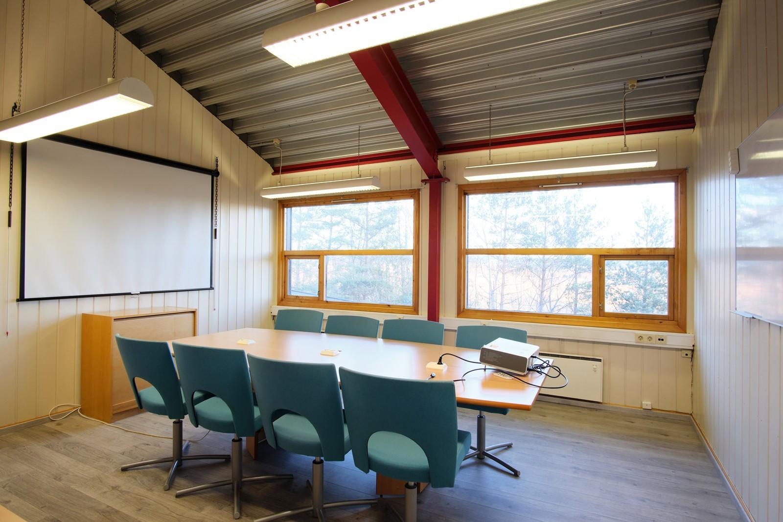 Møterommet har store vindusflater