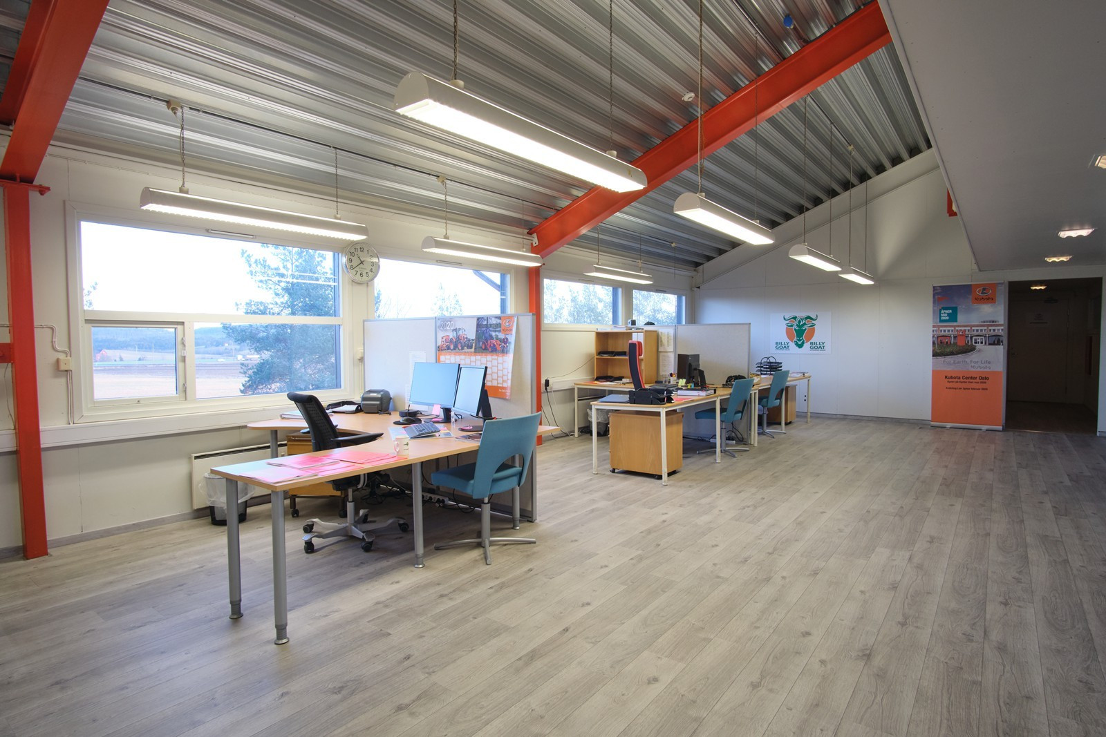 Kontorene ligger fint til med direkte adgang til lager- / verkstedslokalene