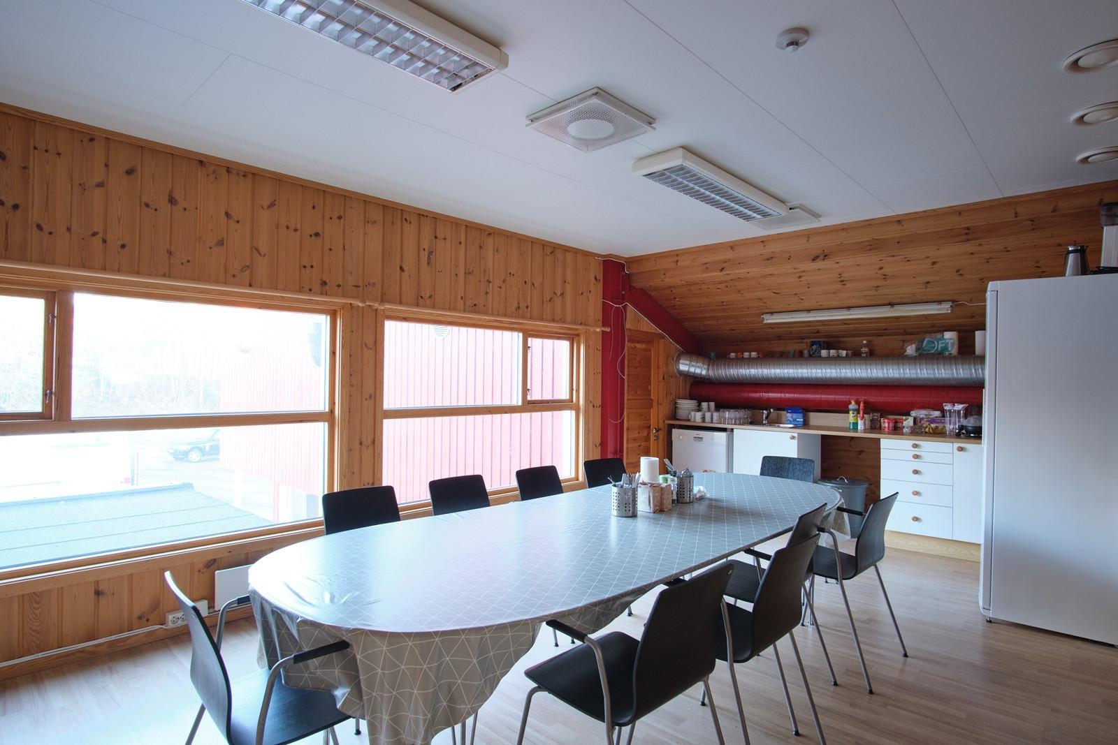 Rommet er av god størrelse med god plass til spisebord m.m.
