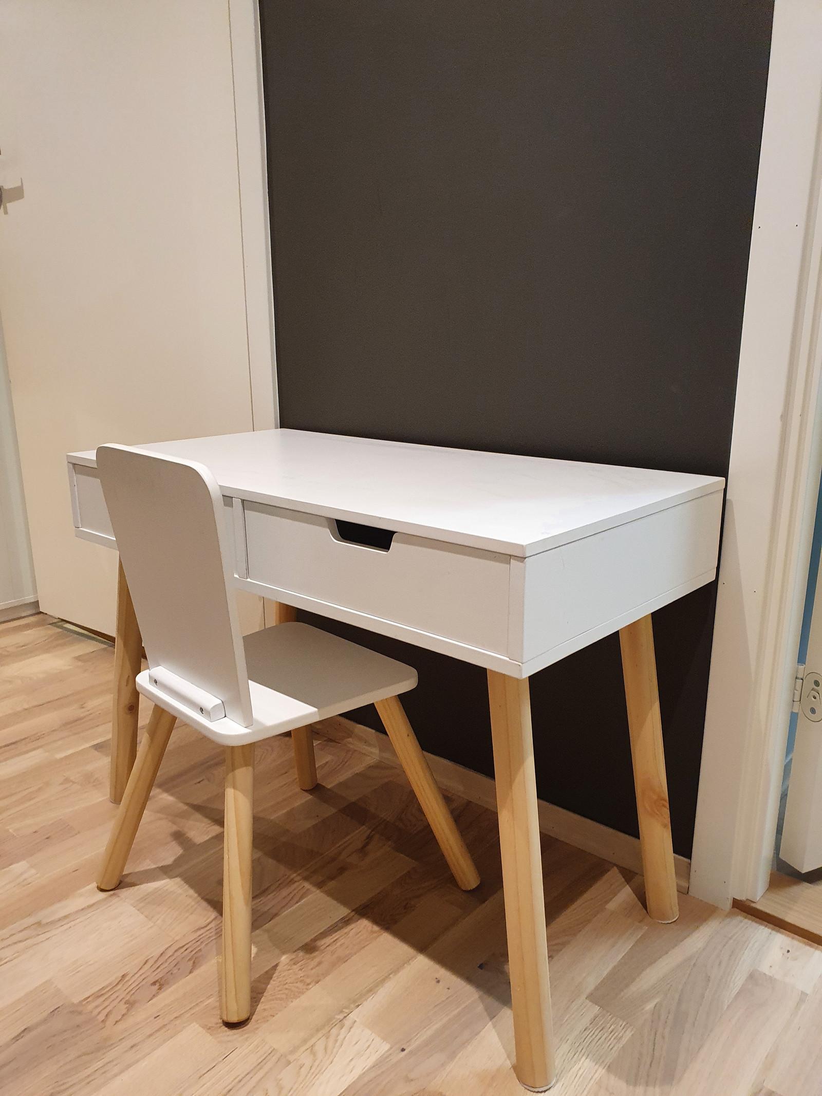 Skrivebord med tavle og stol i tre fra PlanToys