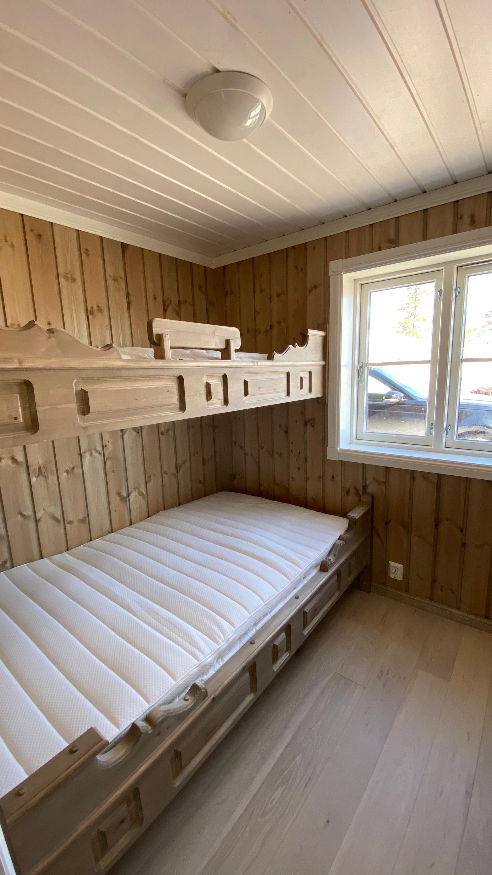 Sov 1. Vi kan leverer plassbygget senger.