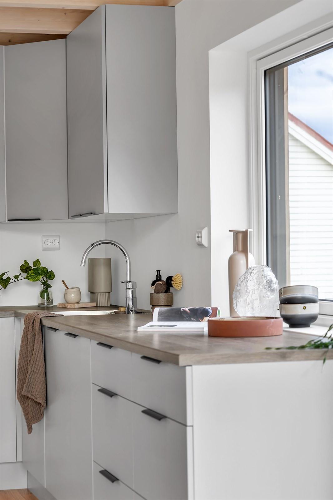 Fin kjøkkeninnredning med skap -og benkeplass