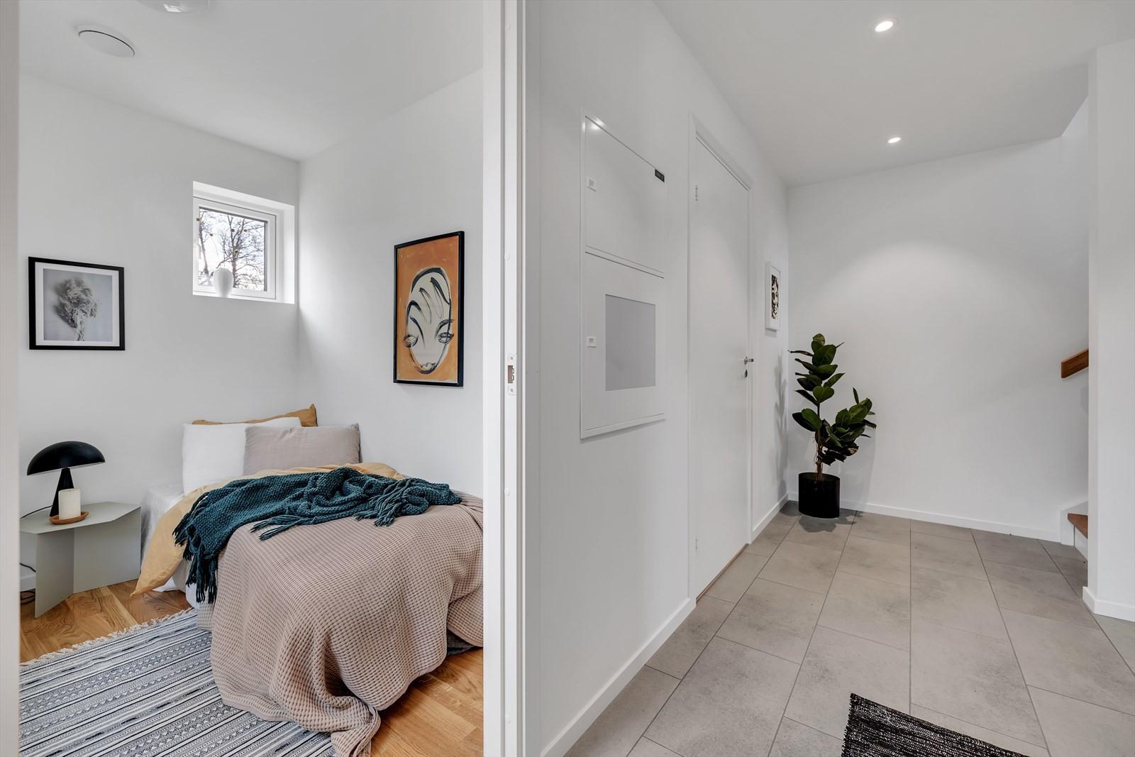 Gangen leder deg til 3 soverom, trappegang og bad/wc/vask