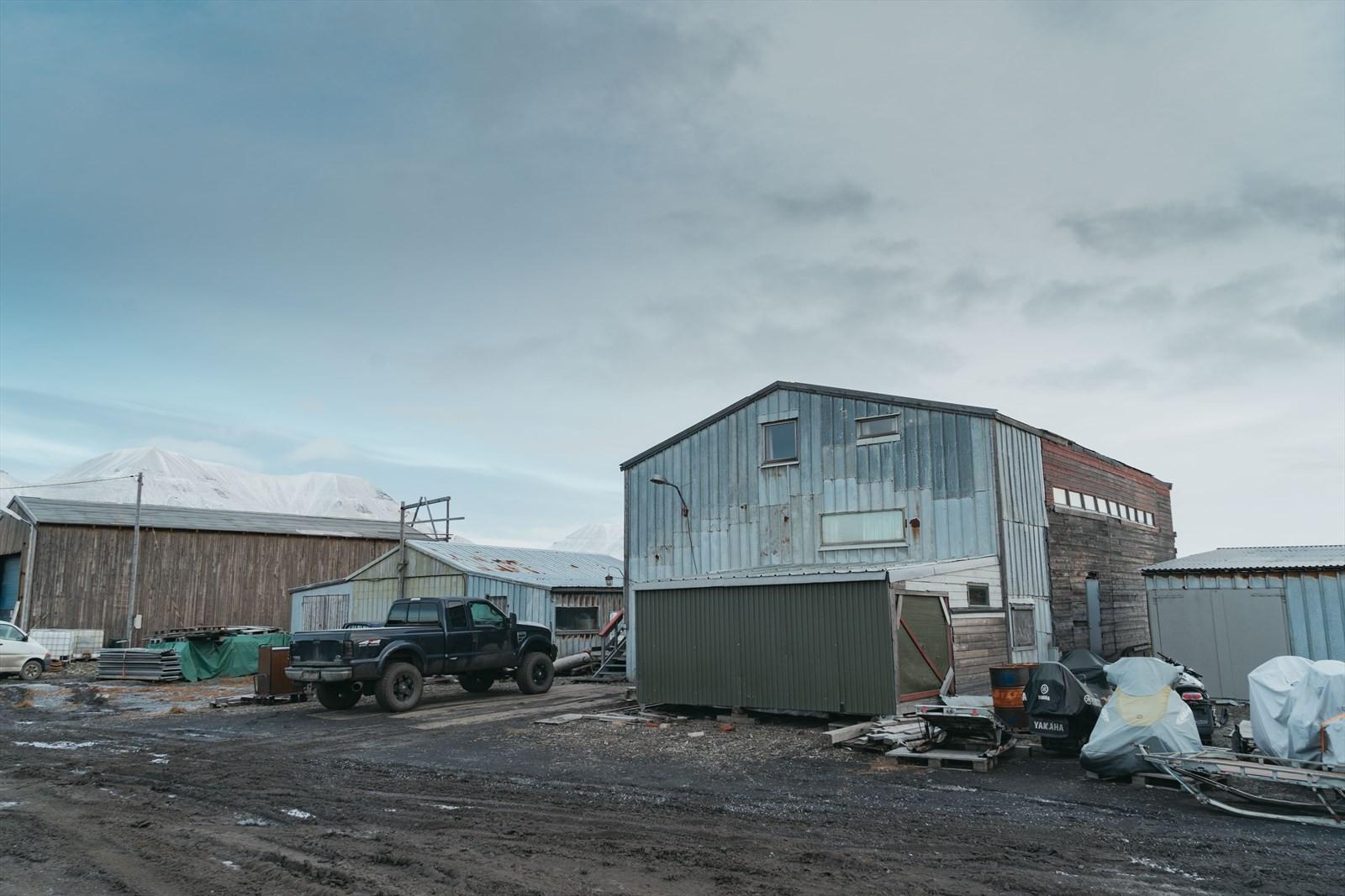 Bygget er plassert i et industriområde med umiddelbar tilgang på sjøen