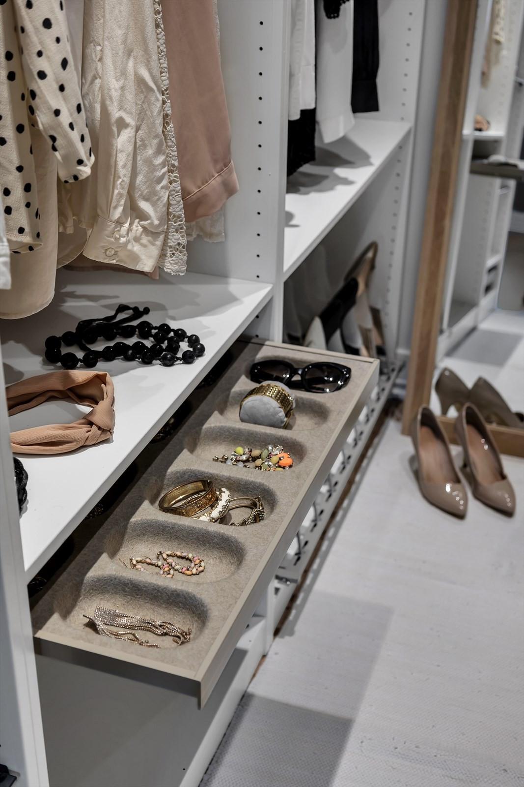 Flotte detaljer i walk-in-closet