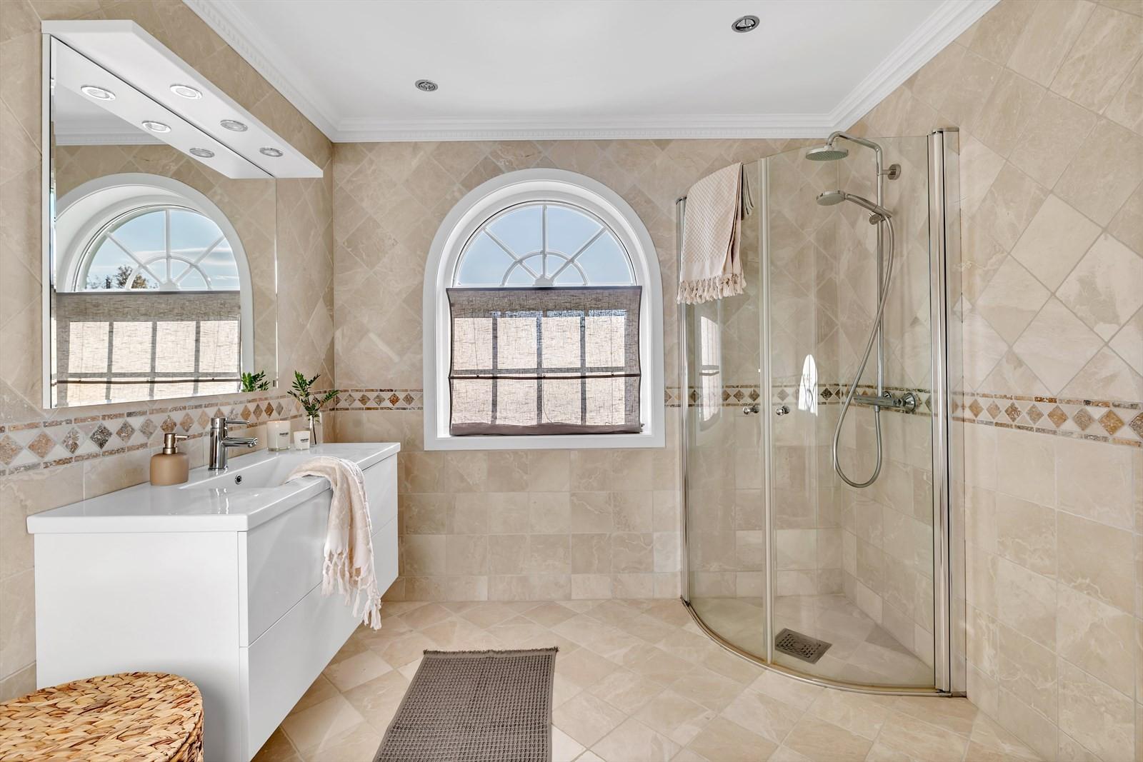 Bad 2 i huset har samme stil som hovedbadet med italienske fliser, vindu med godt lysinnslipp og belysning av downlights