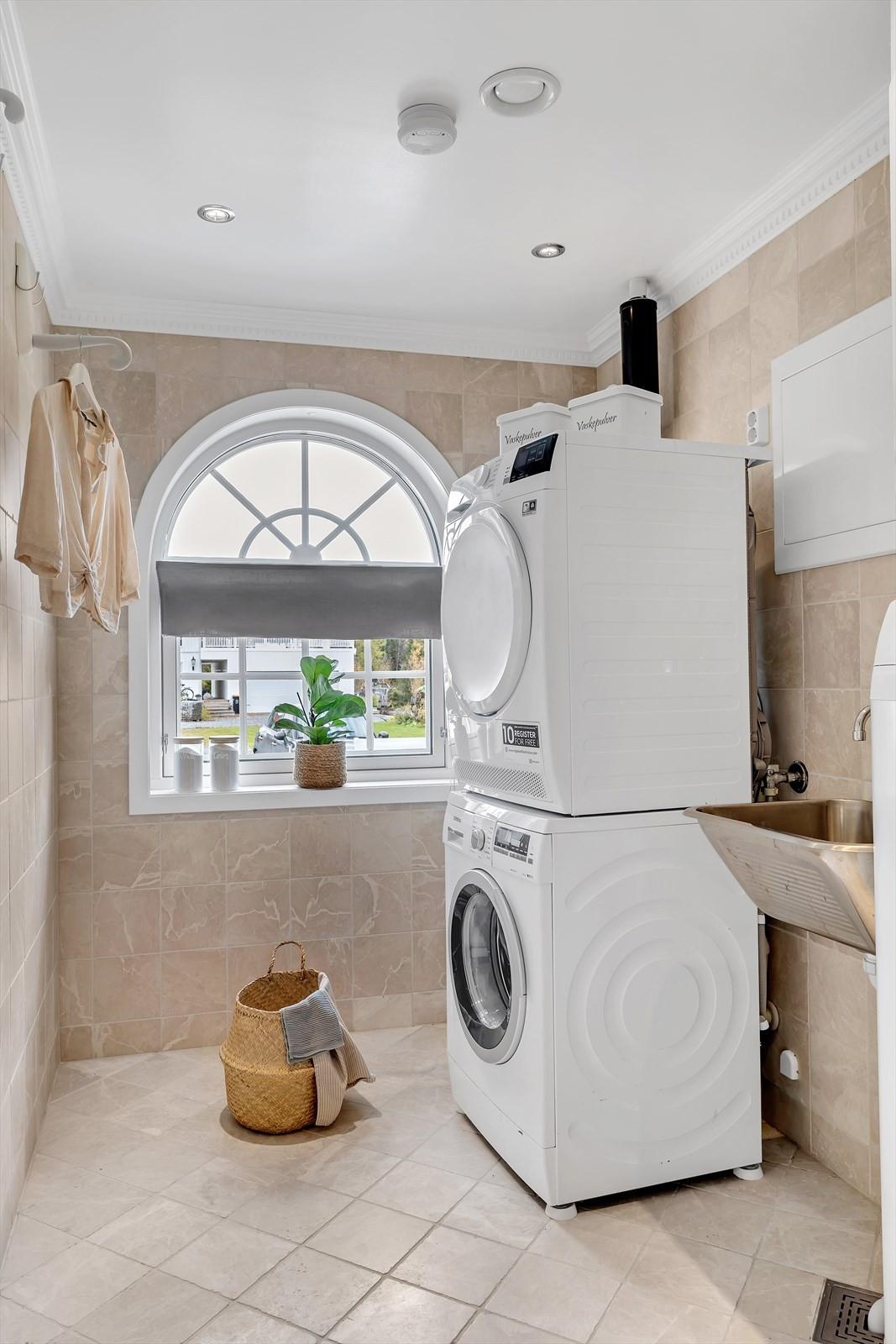 Vaskerommet er i samme stil som resten av våtrommene i huset. Praktisk rom som også har utslagsvask.