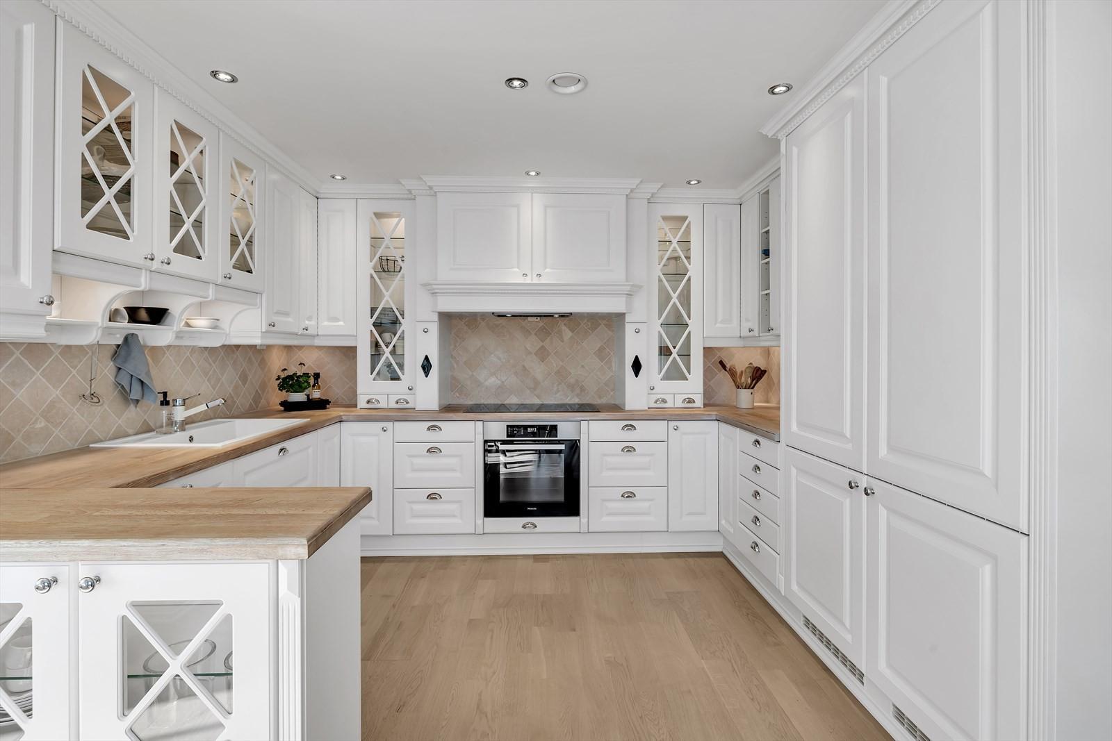Innholdsrikt kjøkken med rikelig med benke- og oppbevaringsplass. Kjøkkenet er moderne - og i klassisk stil