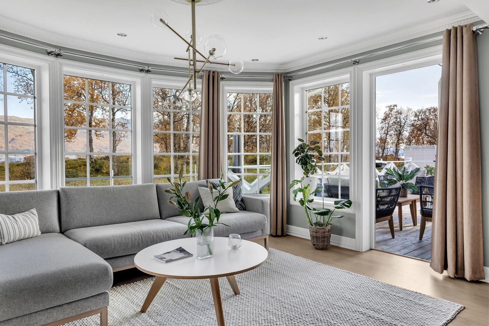 Stuen har store vindusflater rett ut mot naturen