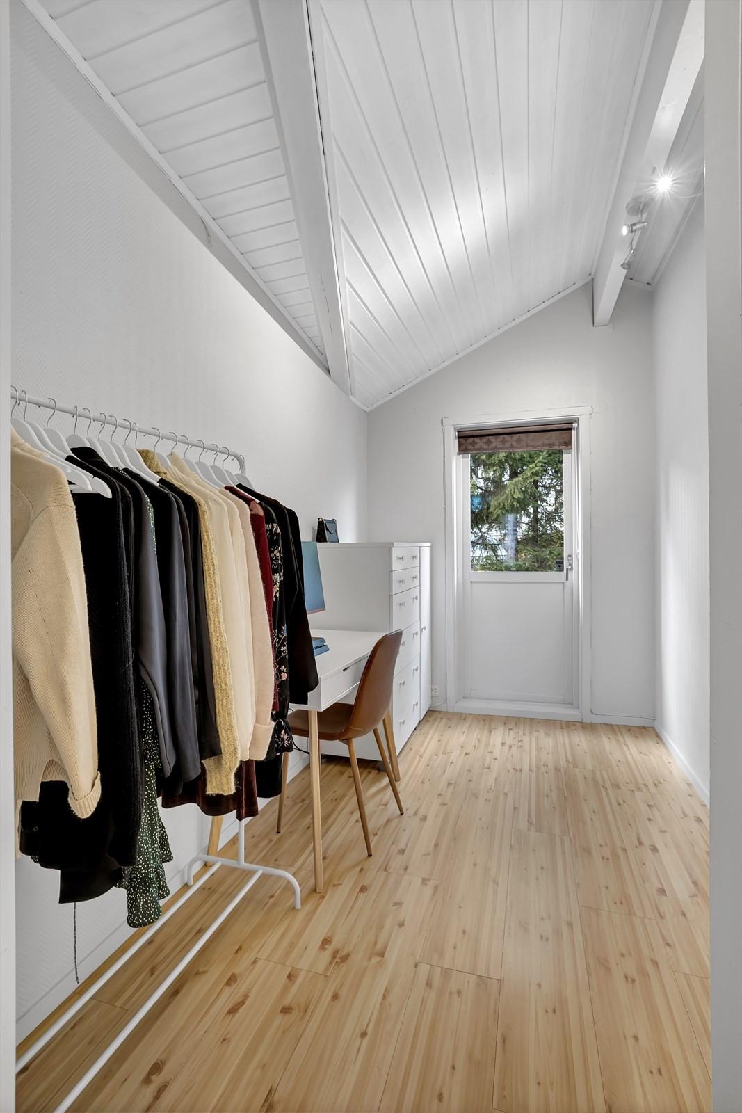 Soverom 2 benyttes til garderobe og kontor. Herfra går du ut til liten veranda