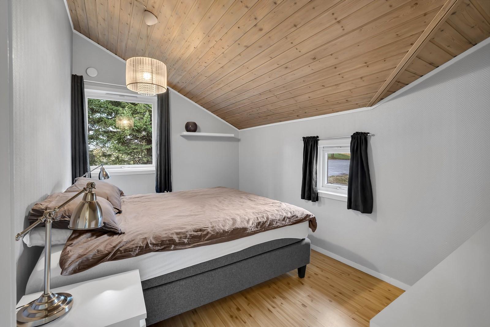 Leiligheten har 2 soverom i bakkant av bygget