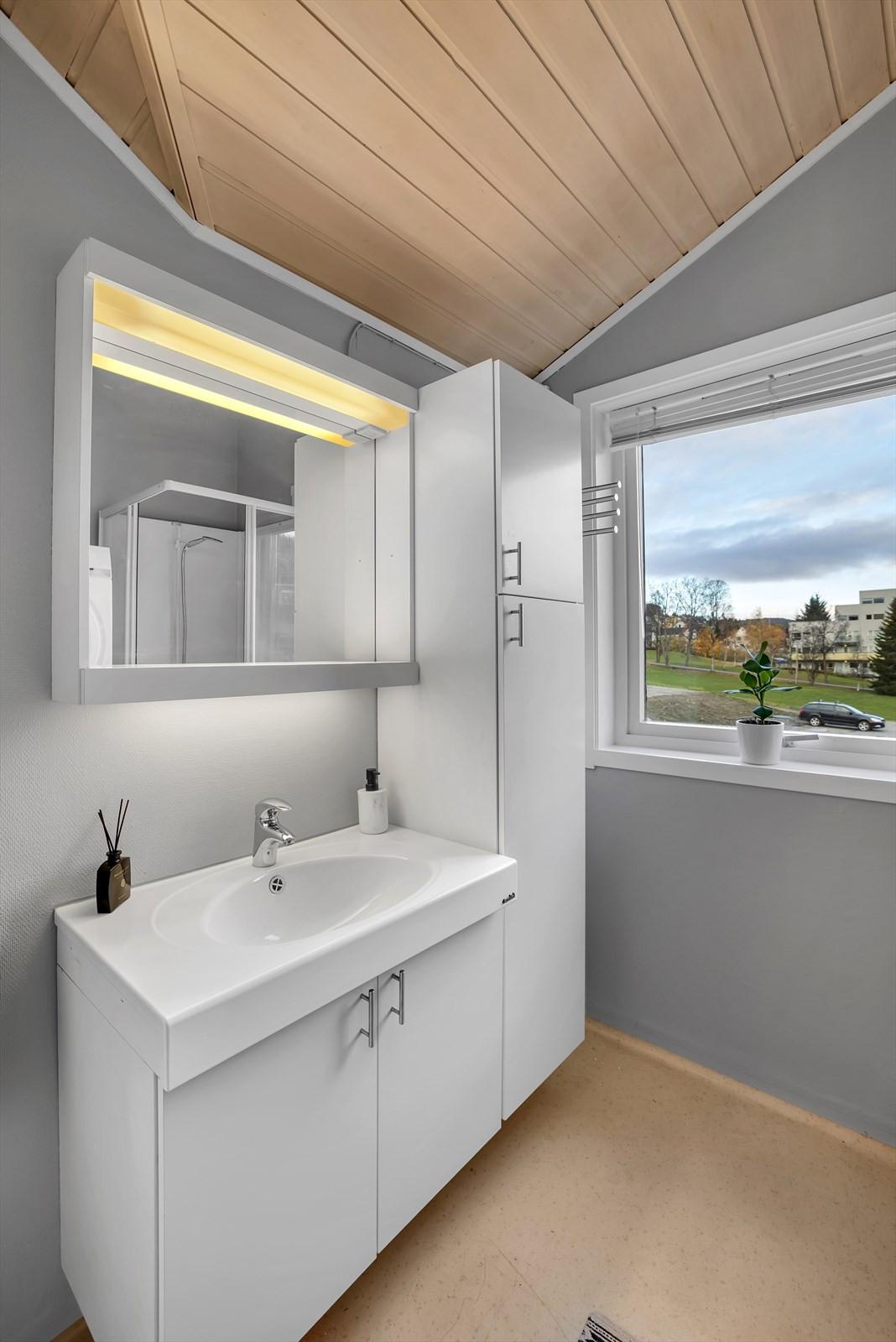Badet ligger mellom kjøkken og soverom