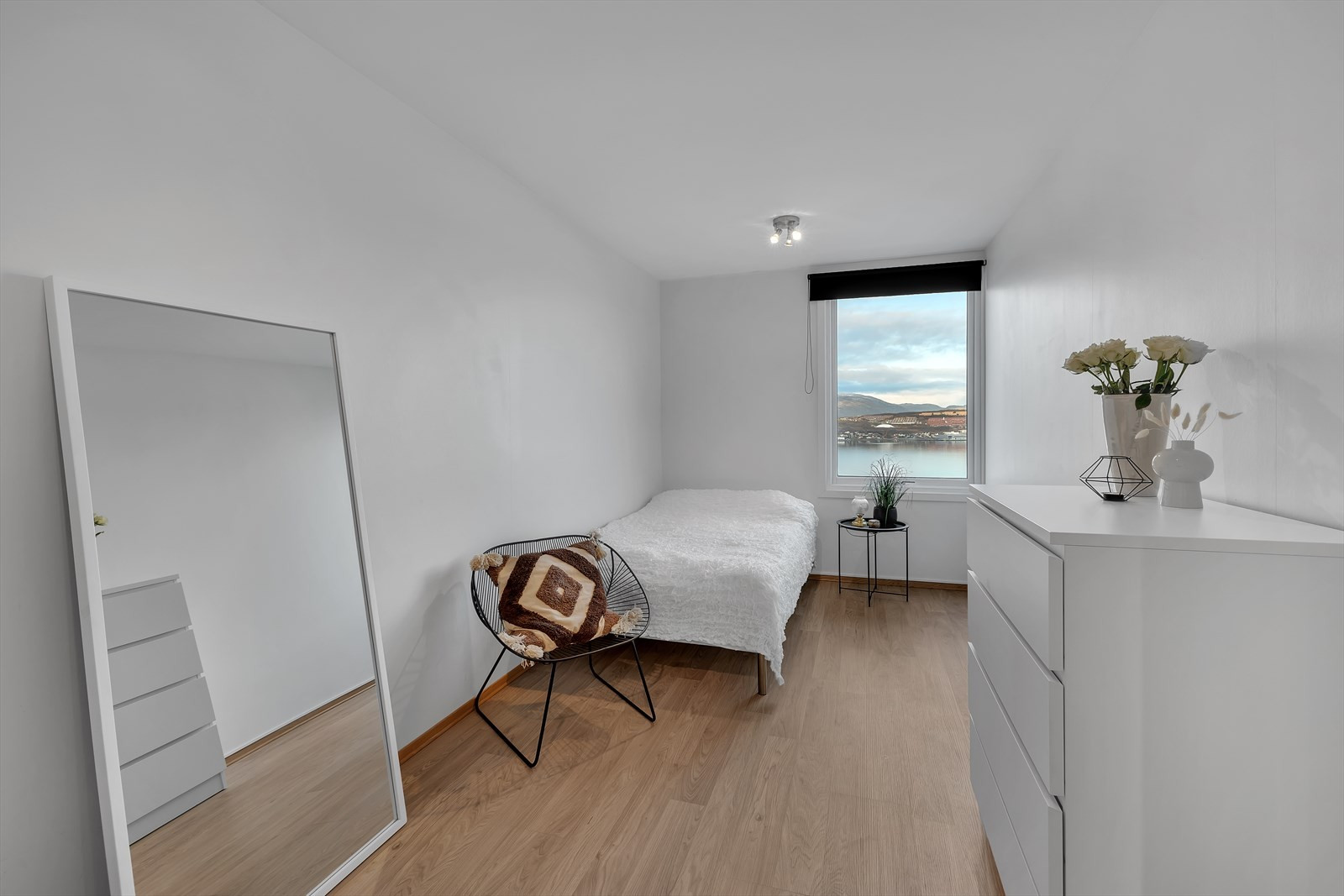 Soverom 3 av 3. Gjennomført med samme stil som de øvrige rommene, ryddig og pent.