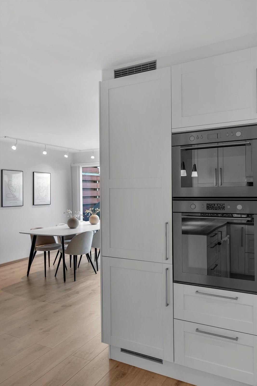 Integrerte hvitevarer med både kjøleskap og frys samt integrerte hvitevarer.