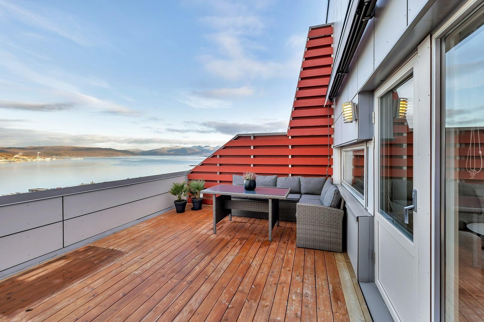Stor terrasse med fantastiske sol- og utsiktsforhold.