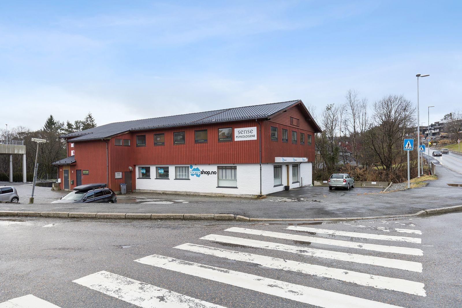 Eiendommen ligger lett tilgjengelig ved krysset mellom Fossekleiva og Hesthaugvegen.