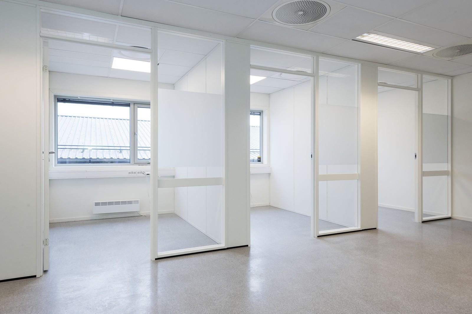 Lyse kontorlokaler med gode lys- og arbeidsforhold