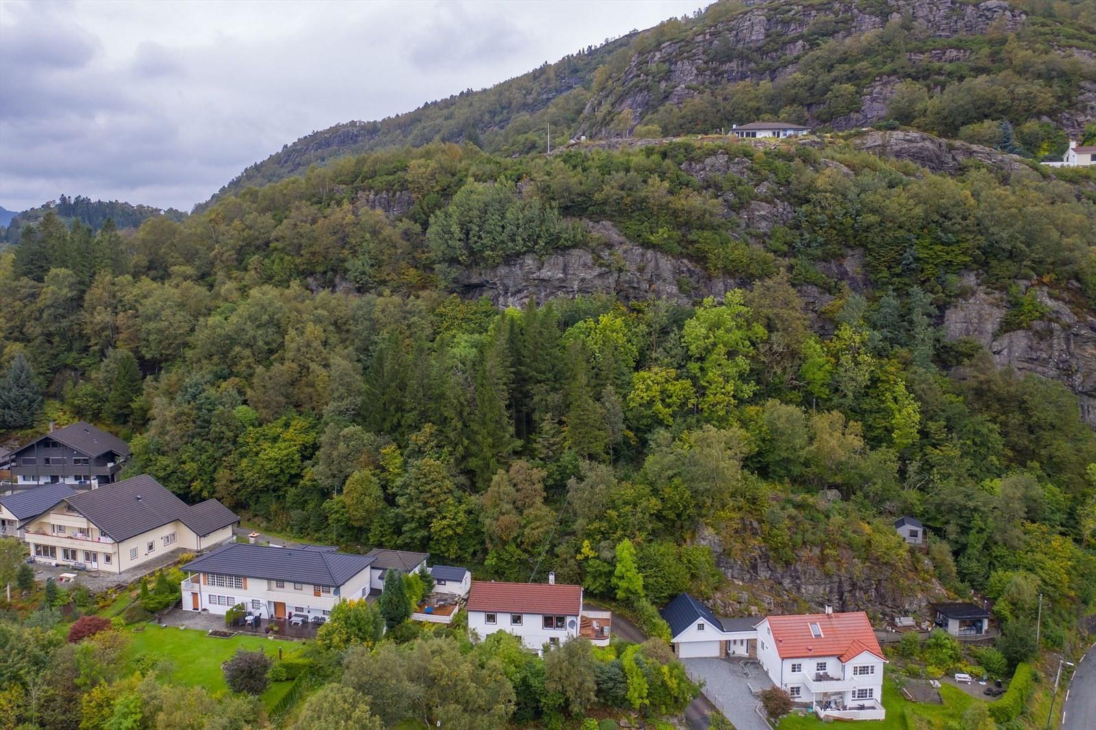 Nr. 41  ligger på oppsiden av bebyggelsen i bildet.