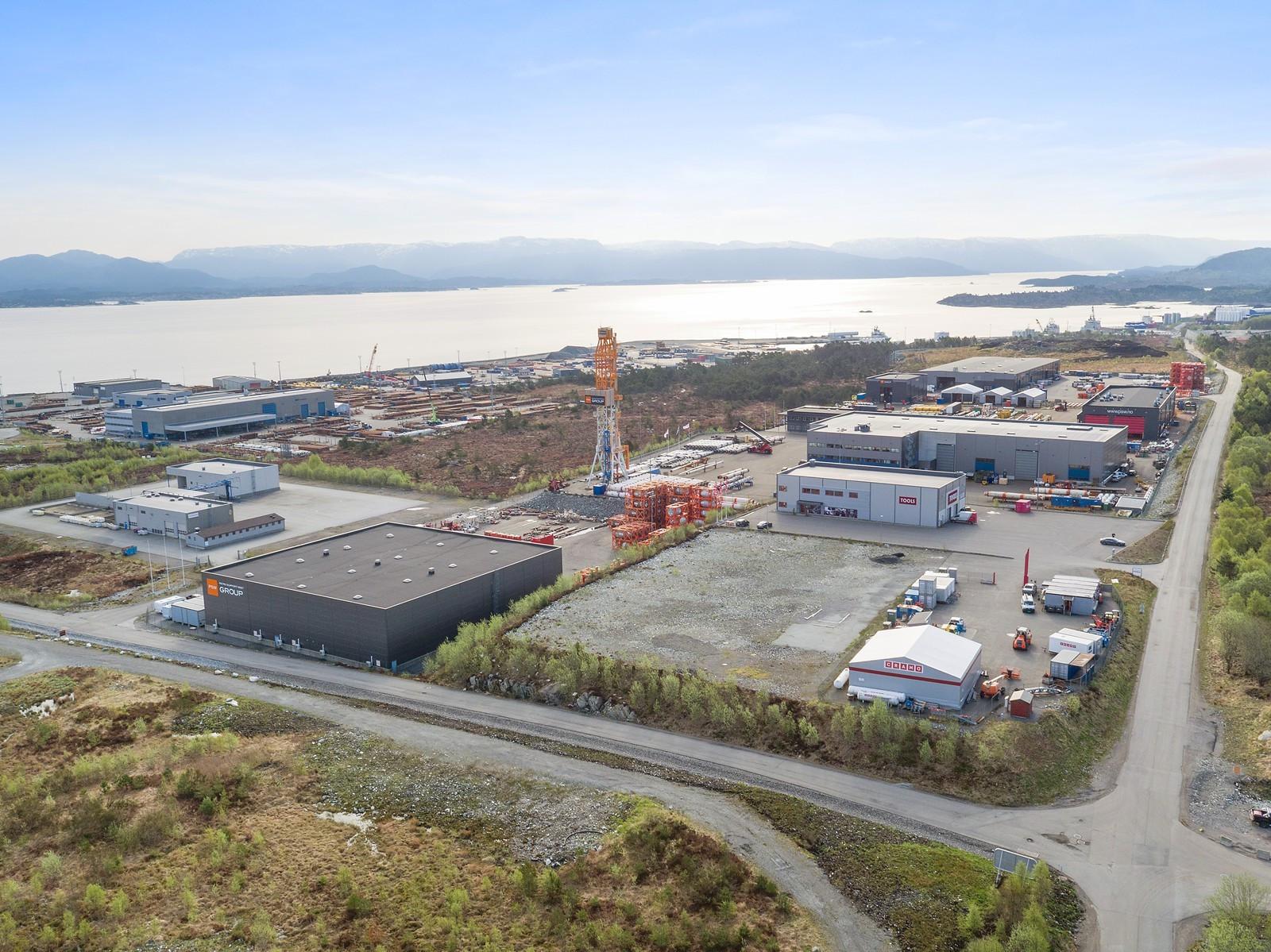 Utsikt innover mot Mongstad base.