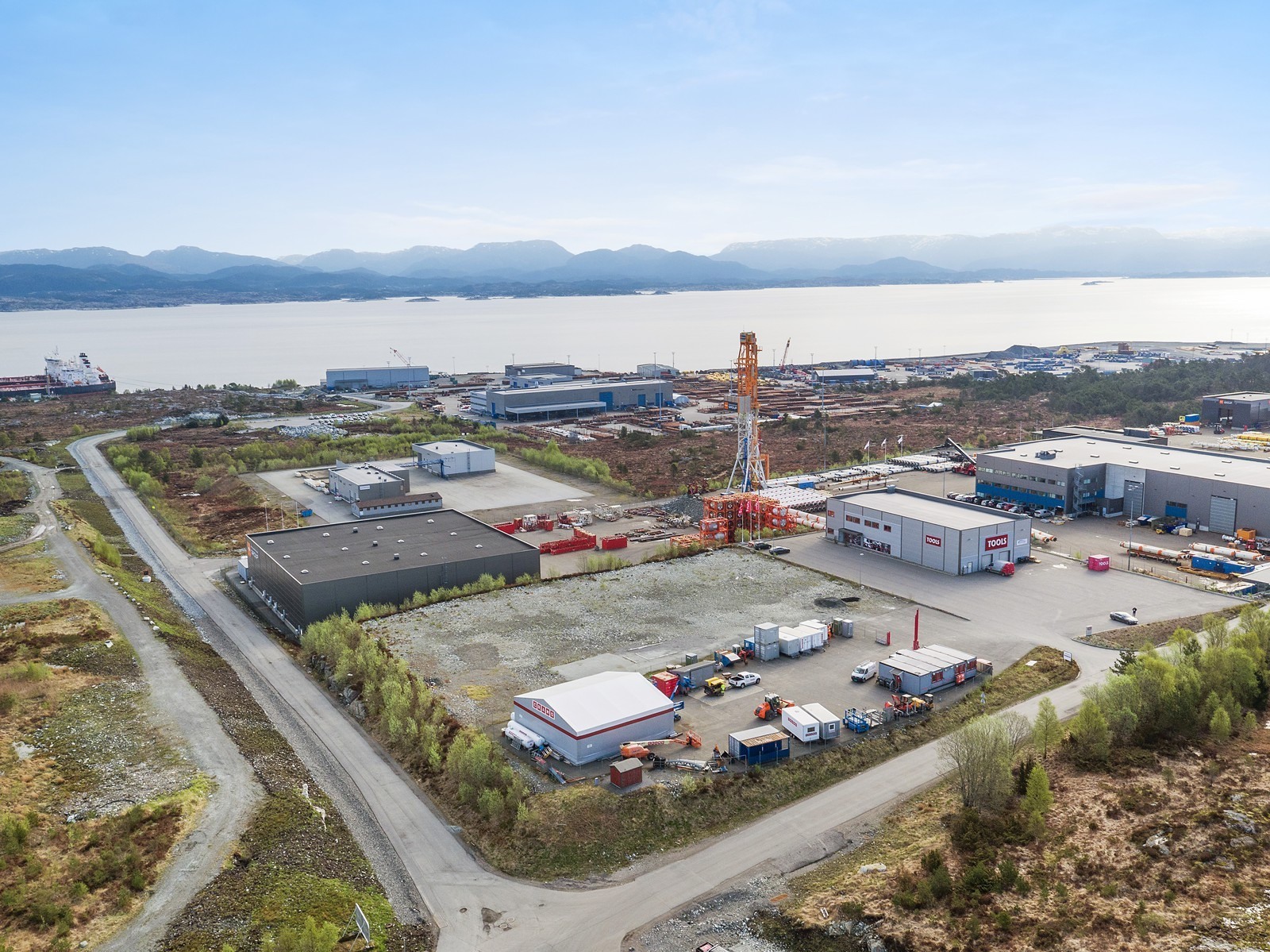 Eiendommen ligger utmerket til mellom Mongstad Base og Statoils industriområde