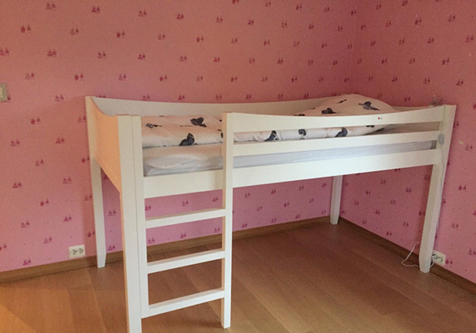 1 stk halvhøy barnesenge med skrivebord og rosa kappe | FINN.no