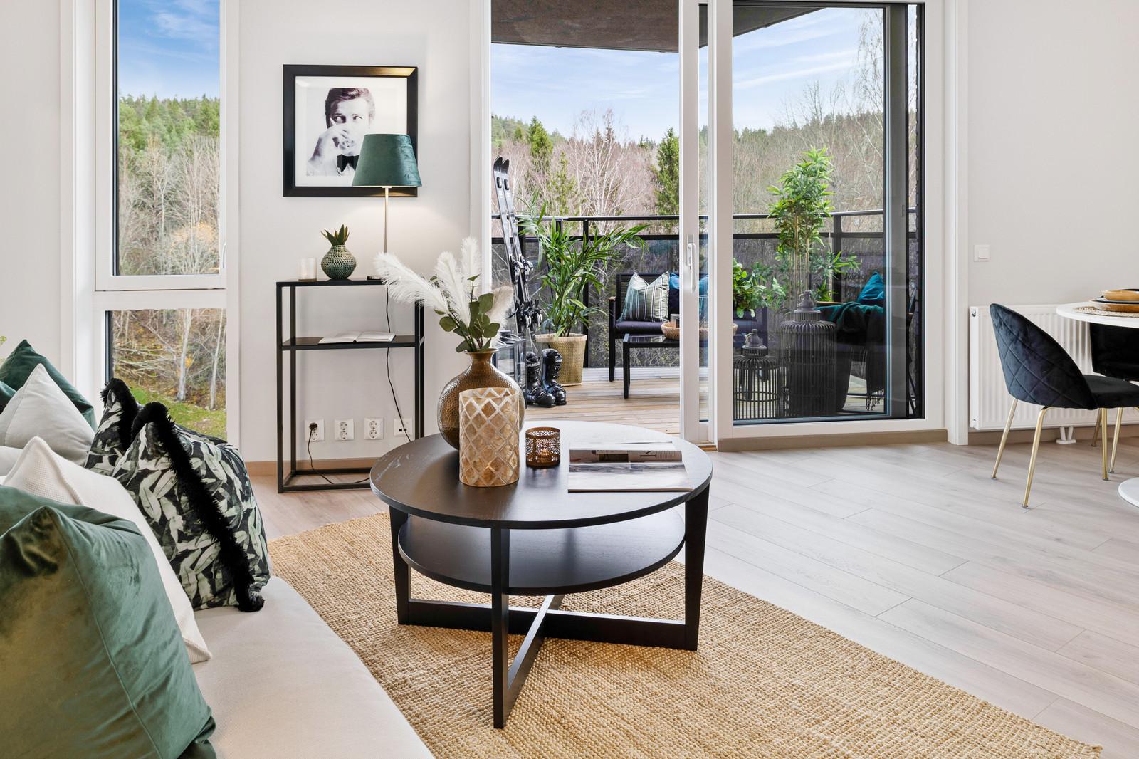Stue med utsikt til balkong