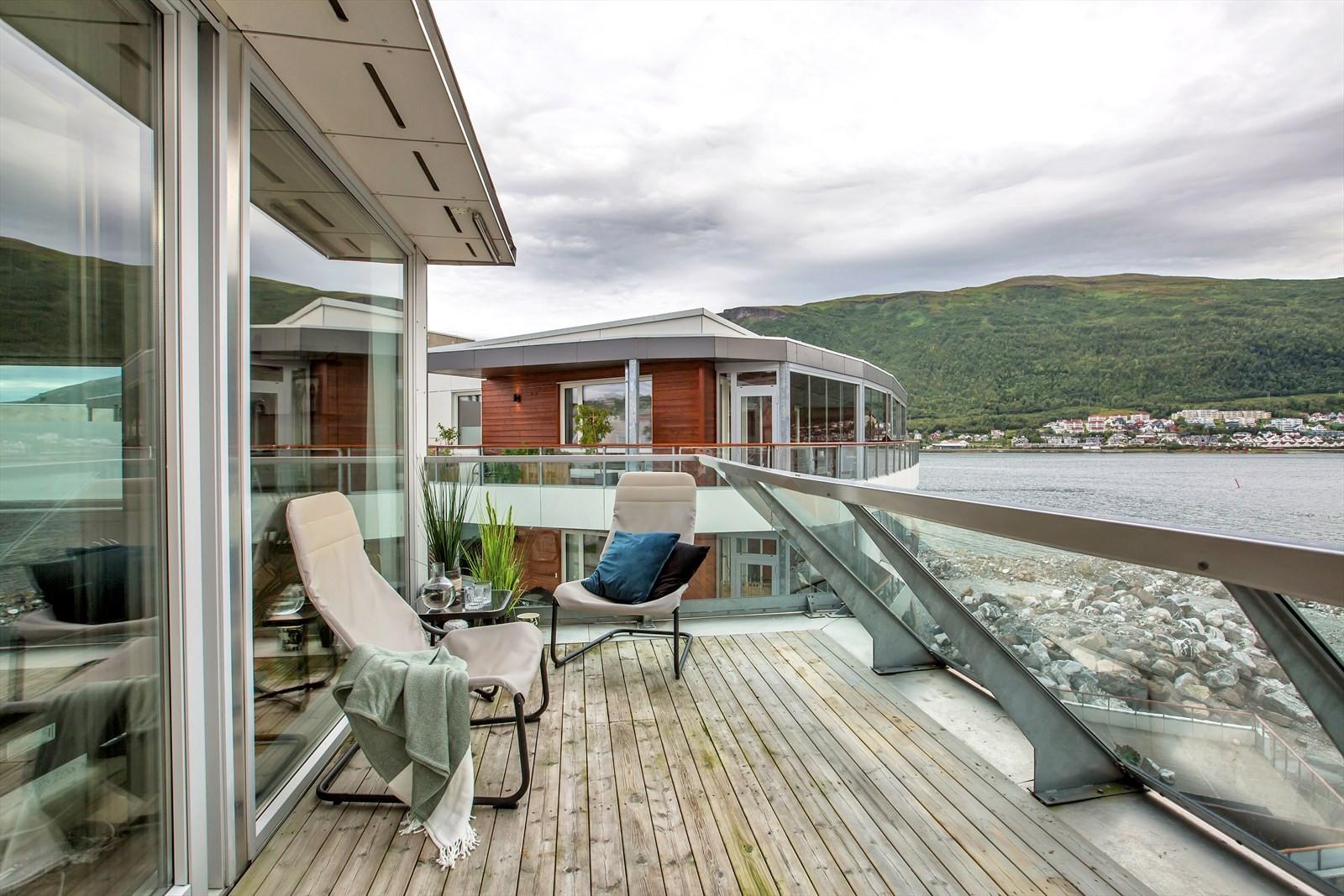 Terrasse med flotte solforhold og fin utsikt!