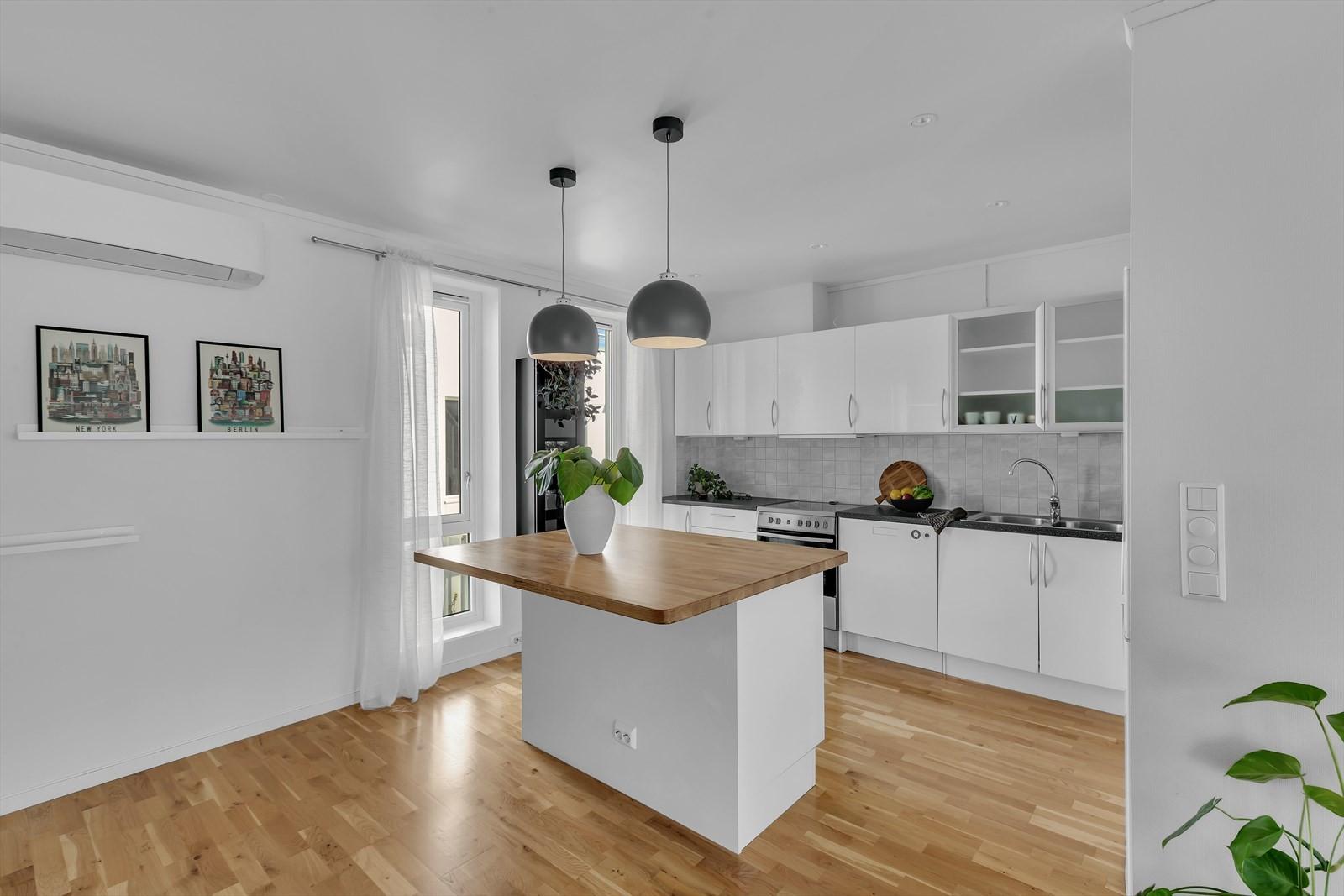 Flott kjøkken med praktisk kjøkkenøy.