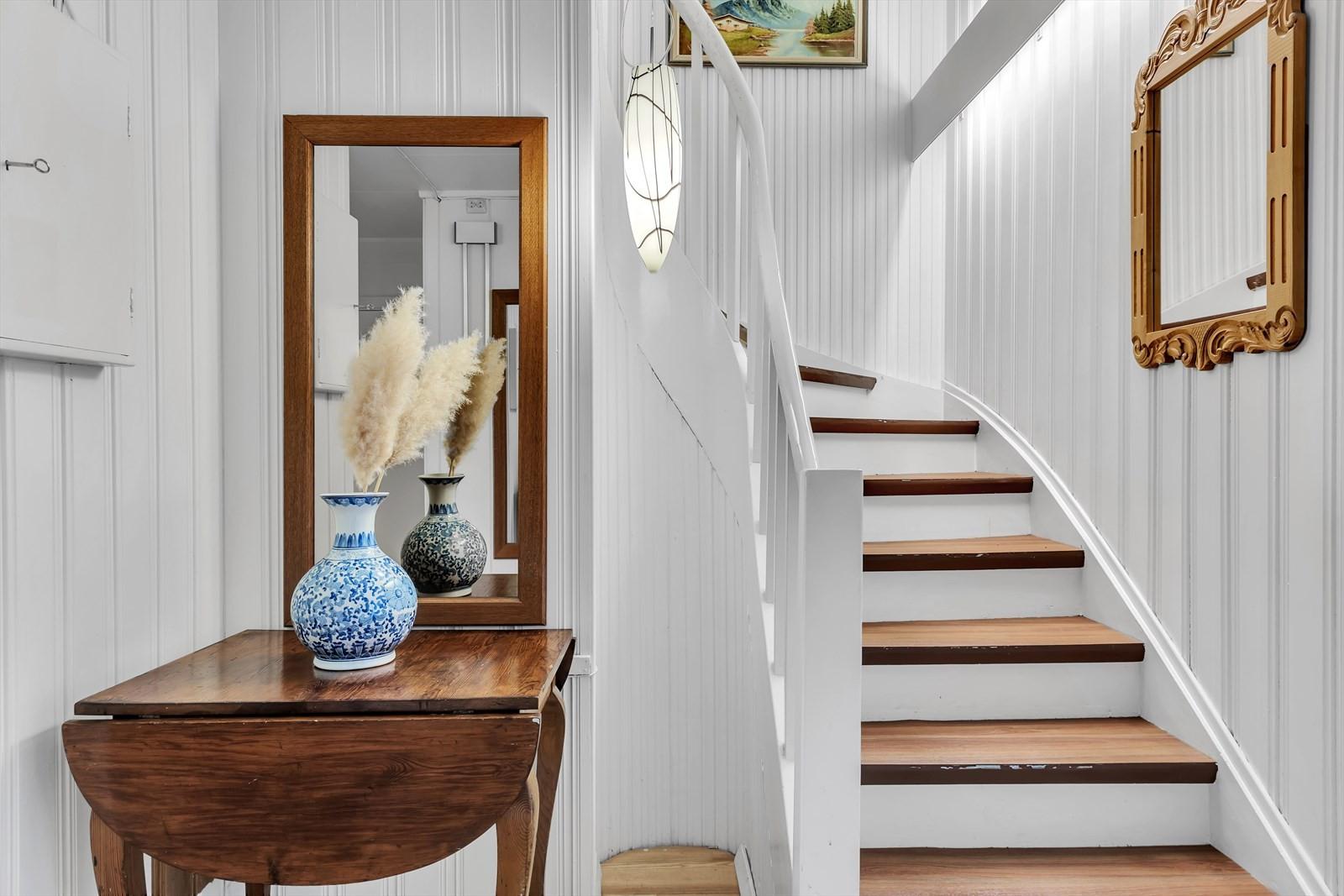 Mellomgang med trappetilkomt til loftsetasjen