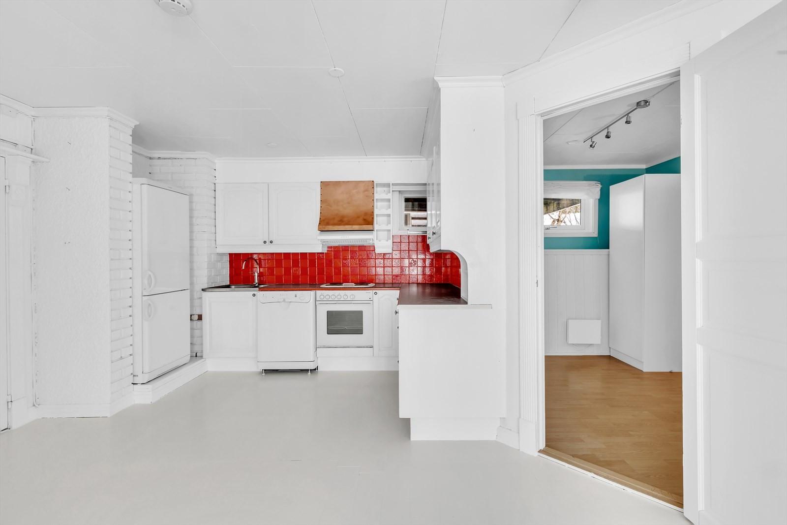 Lyst kjøkken med hvitevarer som følger med.
