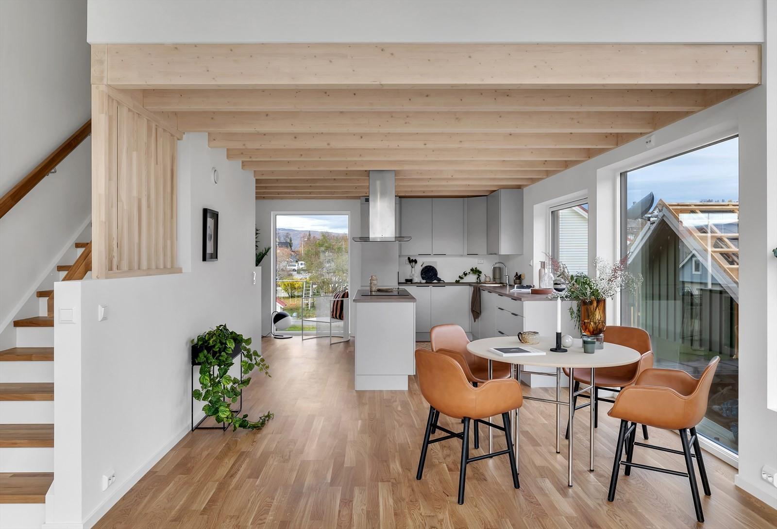 I boligens 2. etasje finner du et svært koselig kjøkken og en luftig stue