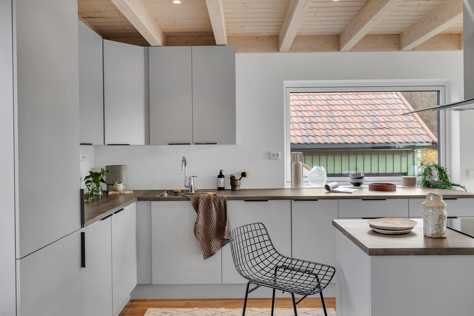 Kjøkkenet byr på integrerte hvitevarer
