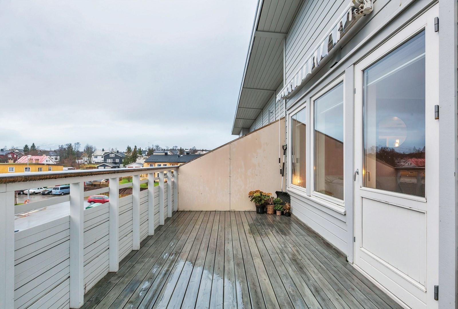 Sørvendt balkong med gode solforhold og en flott utsikt.