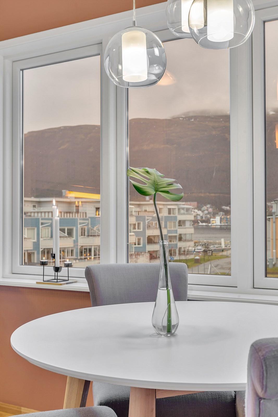 Da dette er en endeleilighet er det vinduer ned mot havet også. Flott utsikt fra spisestuen.