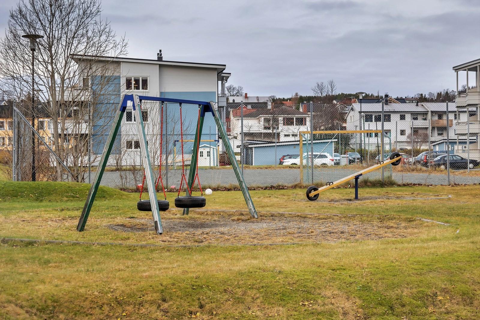Barnevennlig boområde med lekeplass rett nedenfor bygget.
