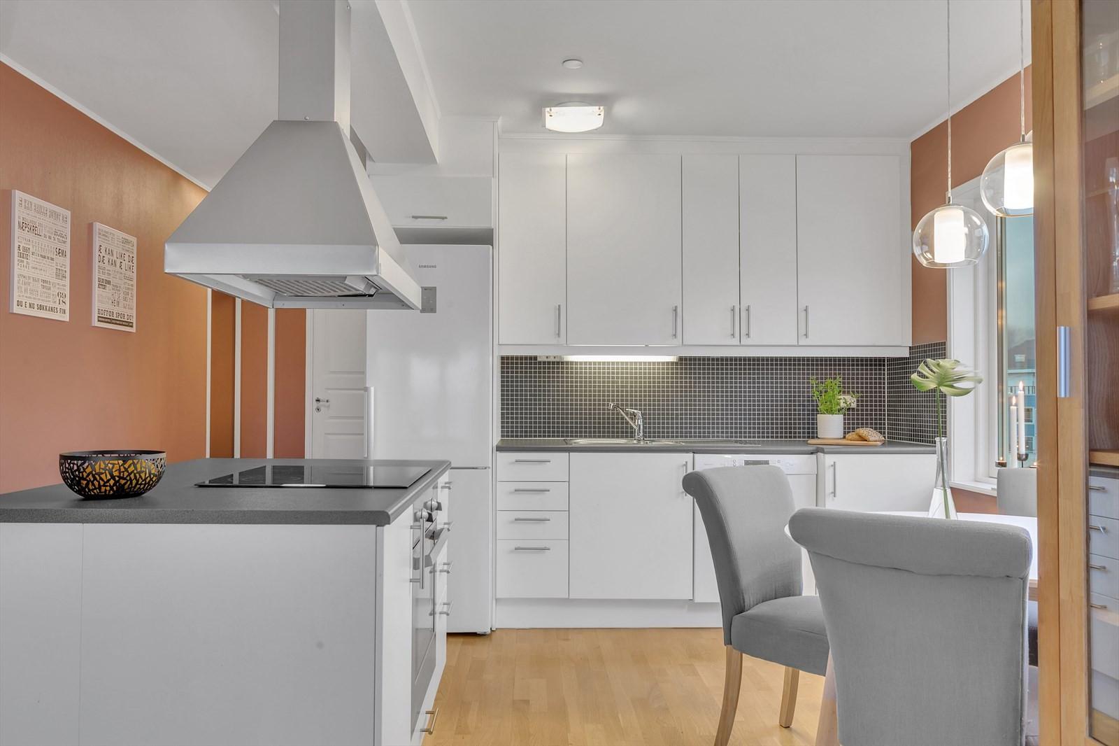 Flott kjøkken med god skapplass og kjøkkenøy.