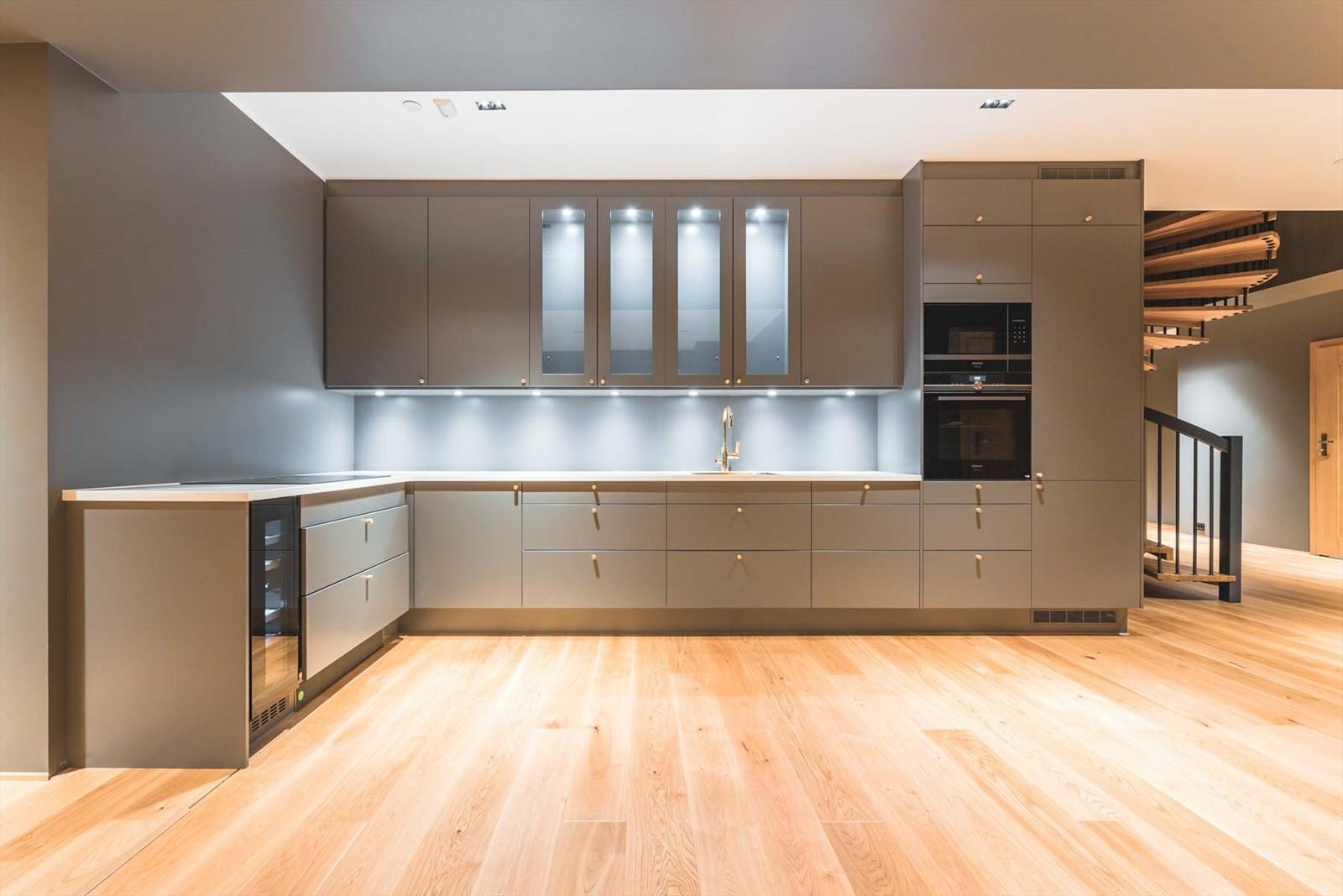 Innholdsrikt kjøkken med integrerte hvitevarer
