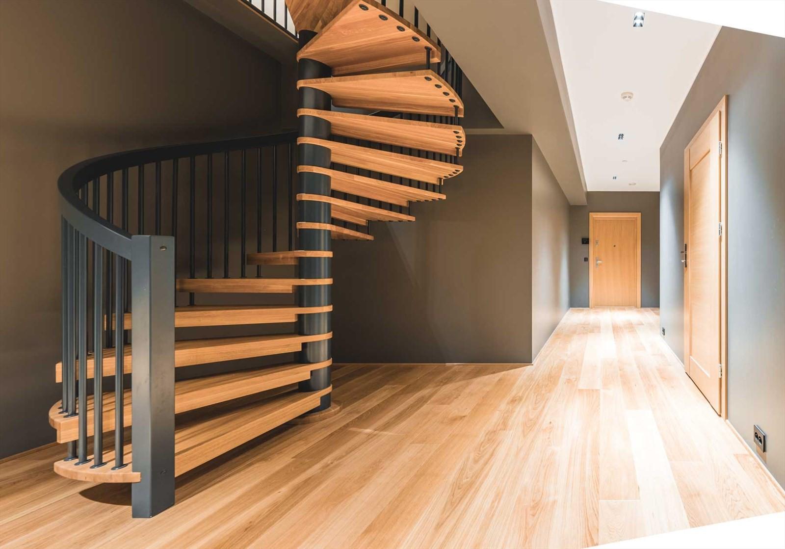 Spiraltrapp opp til leilighetens 2. etasje
