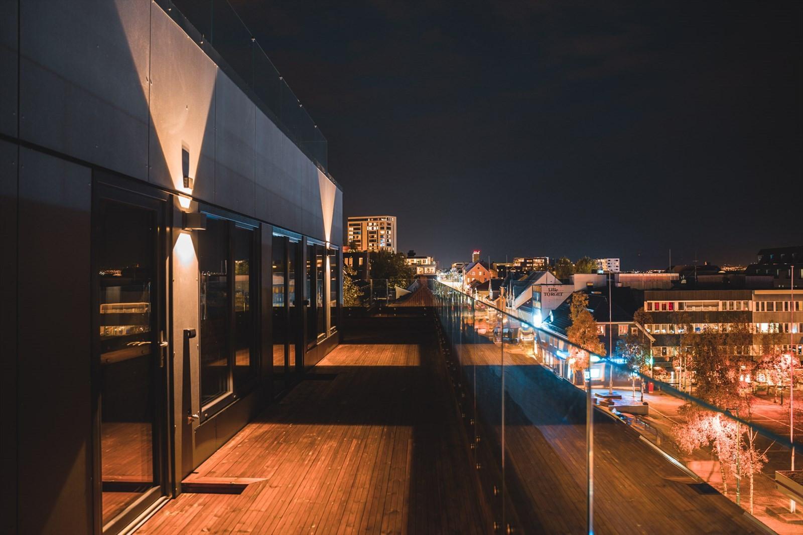Storgata 92 strekker seg over byggets 2 øverste etasjer og har derfor denne fantastiske utsikten over byen, mot sundet og fastlandet