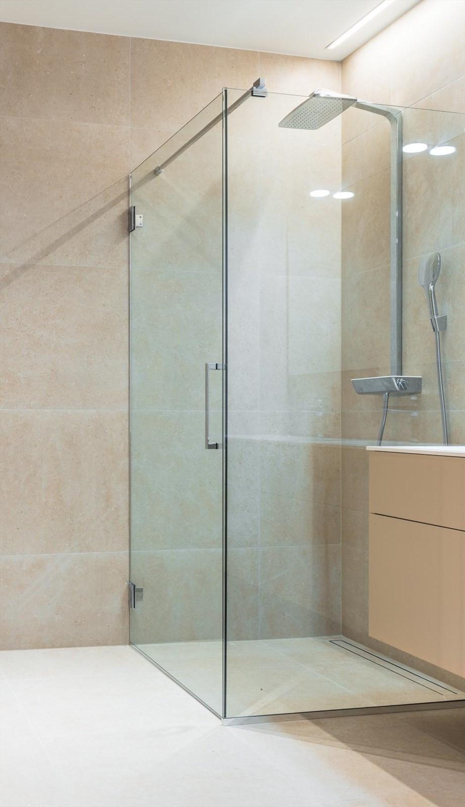 Store fliser i lekker utførelse på bad
