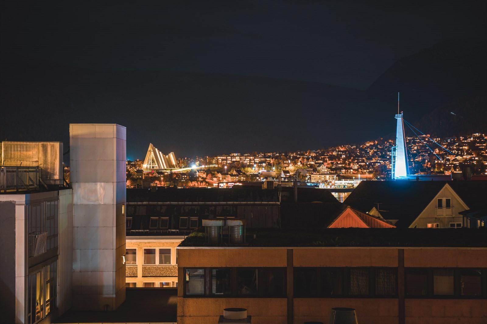 Utsikt mot Ishavskatedralen, Fløya, Fjellheisen og Tinden