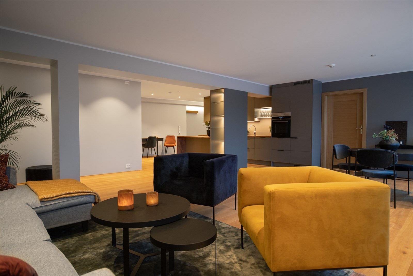 Stor stue med rikelig plass til både spisestue og dagligstue