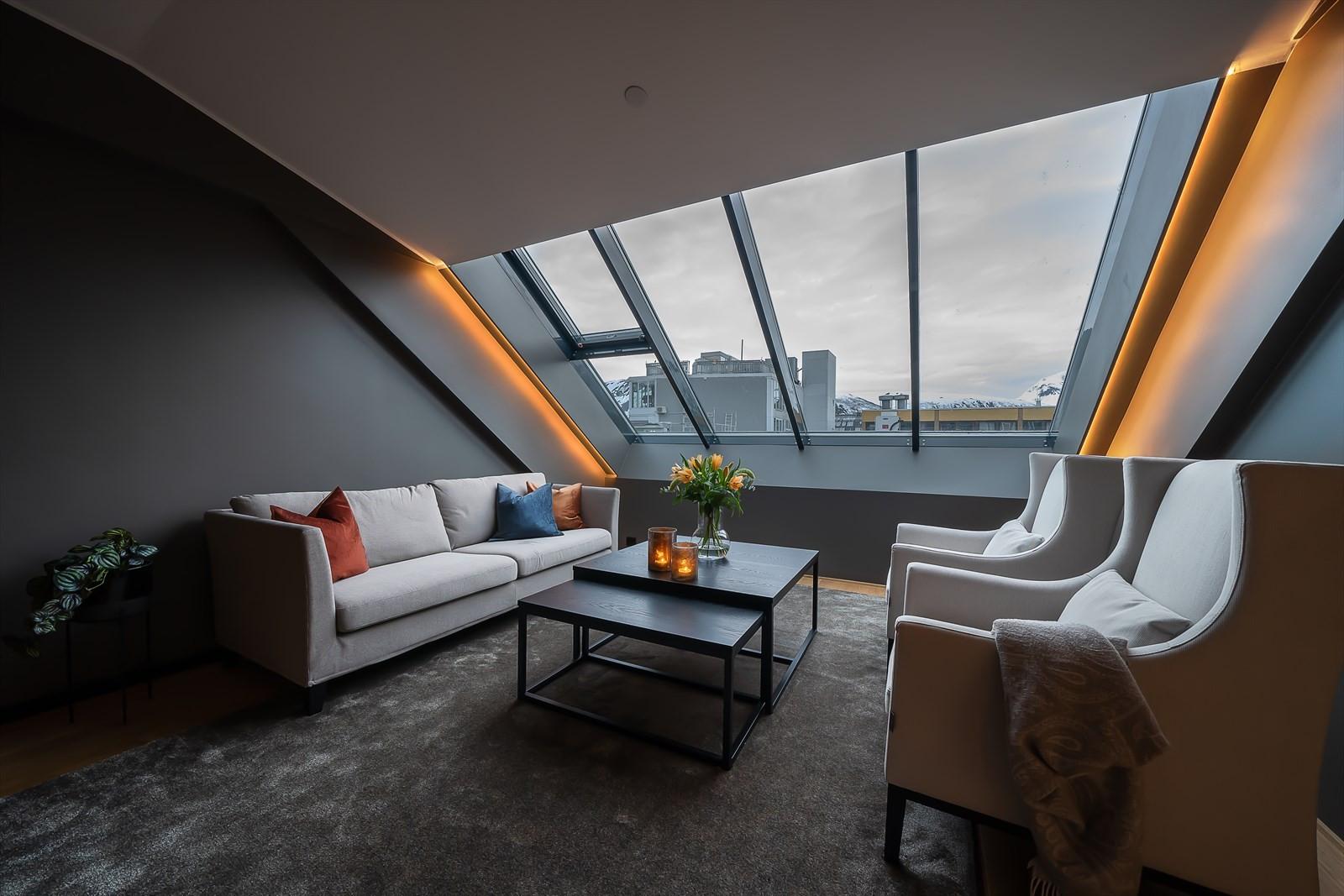 Her finner du rikelig med plass til møblement. Fra store vindusflater nyter du utsikt over nærmiljøet og mot fastlandet
