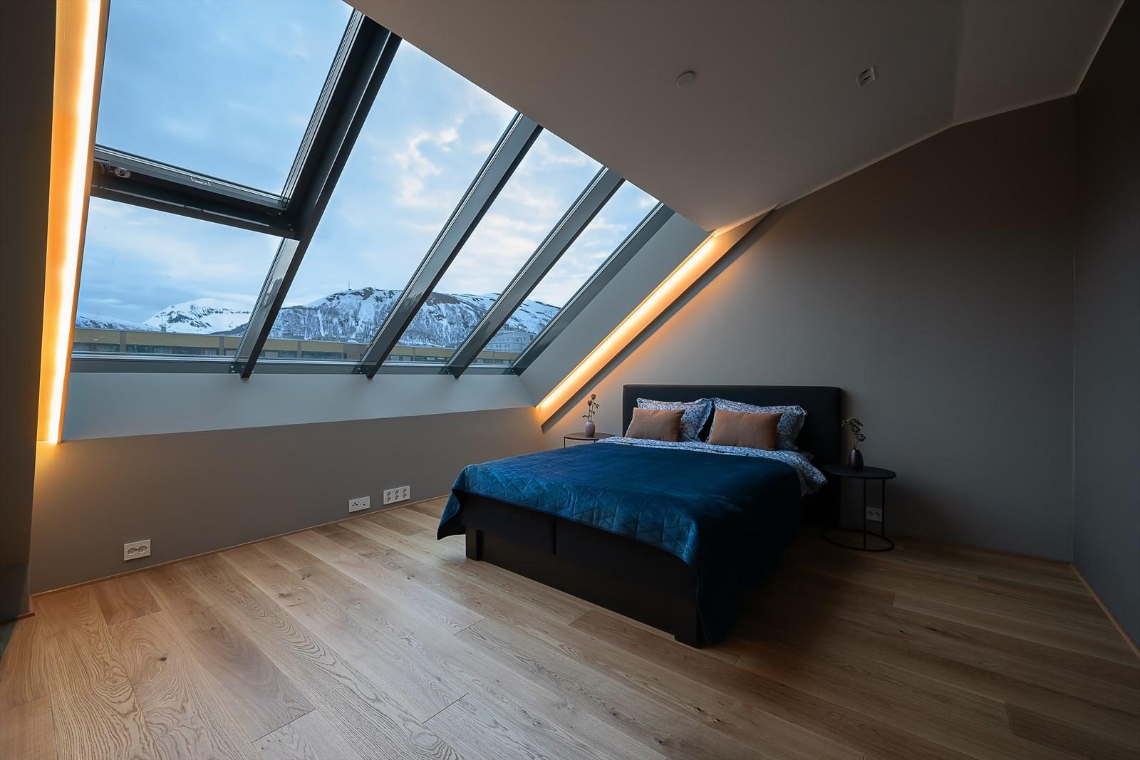 Boligen har 2 soverom hvor hovedsoverommet som du ser er på hele 12.2m2. Legg merke til den indirekte belysningen ved vinduene