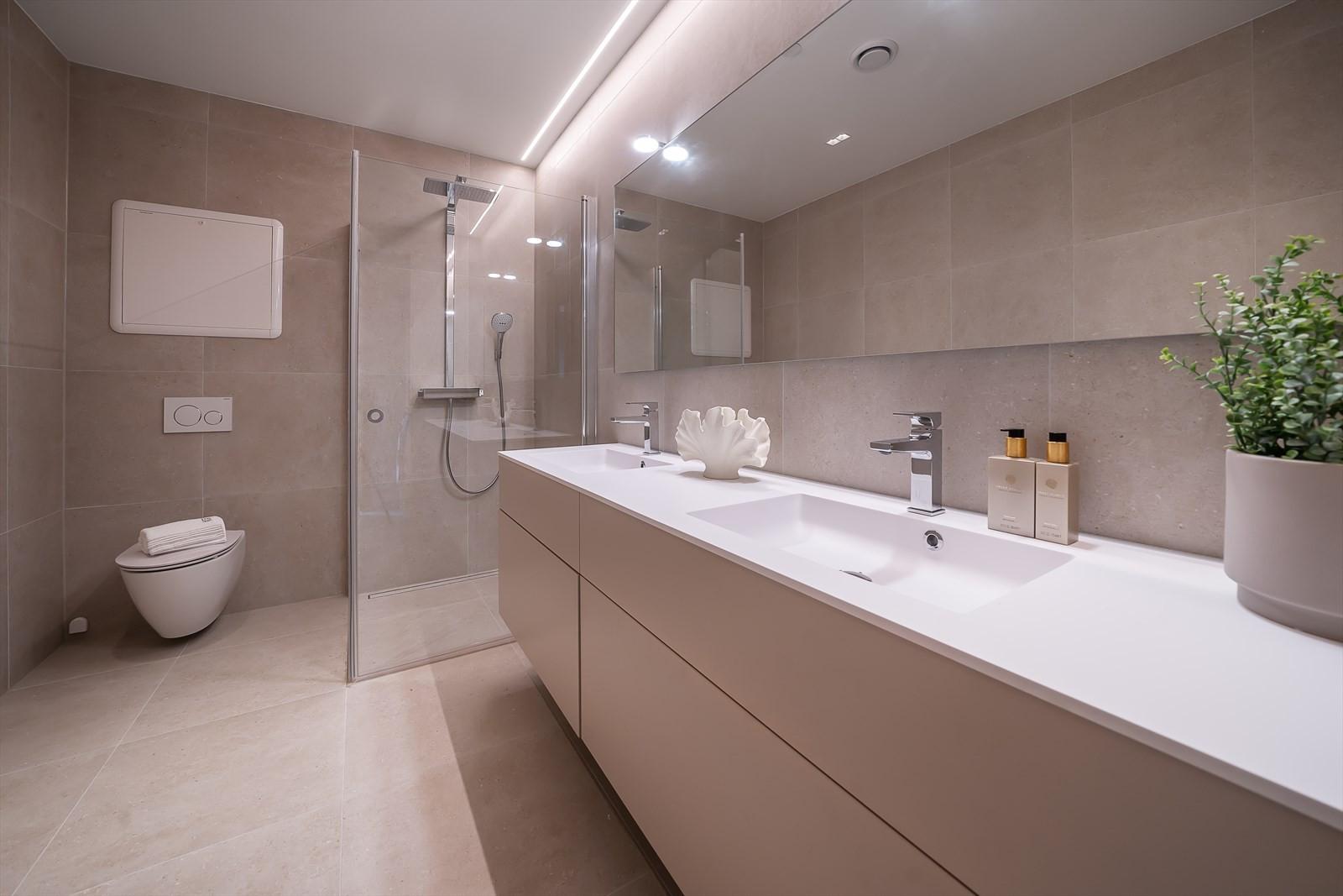 Hovedbad med stor dusj, doble servanter og stort speil