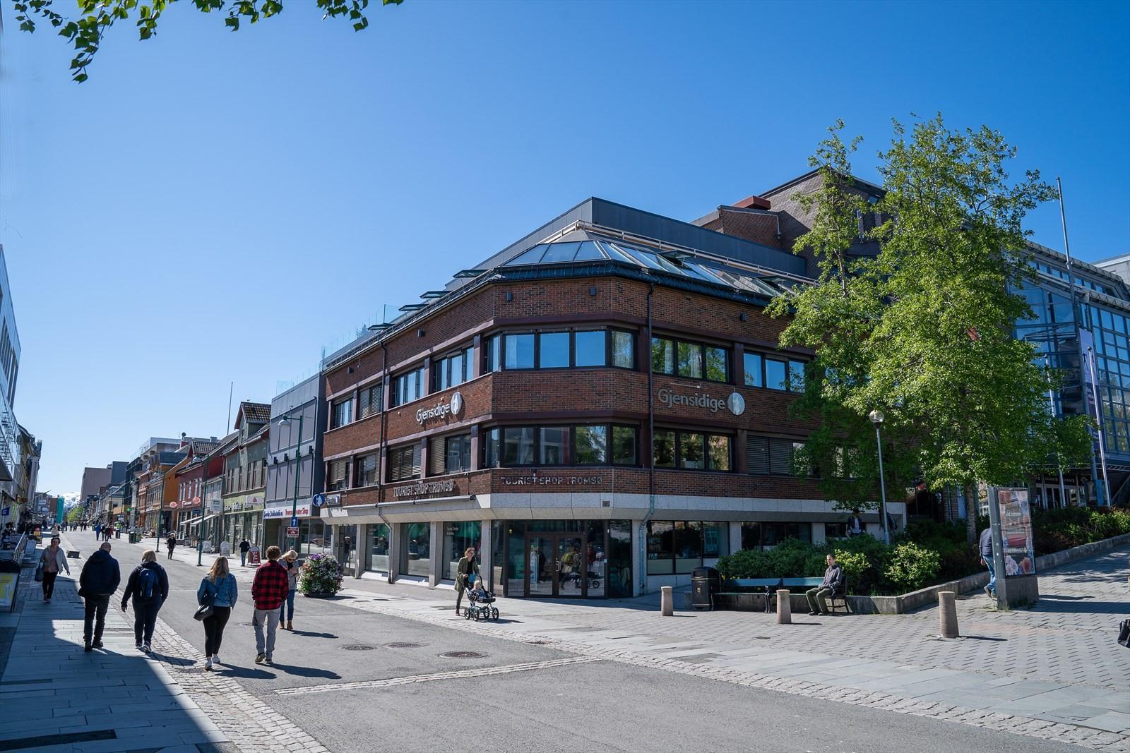 Boligen ligger i de 2 øverste etasjene i dette kjente bygget midt i byen