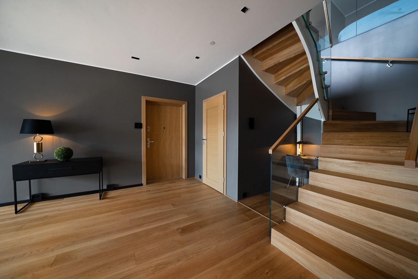 Belysningen er av høy kvalitet, strategisk plassert og av samme høy kvalitet som resten av elementene i boligen
